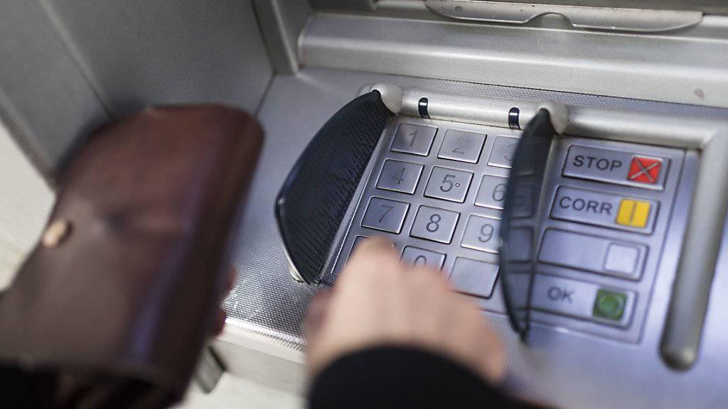 An den Geldautomaten hinterlässt jede Person Mikroben (Symbolbild)
