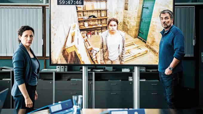 Delia Mayer als Liz Ritschard und Stefan Gubser als Reto Flückiger im Polizeirevier. Auf dem Monitor Tabea Buser als Entführte.