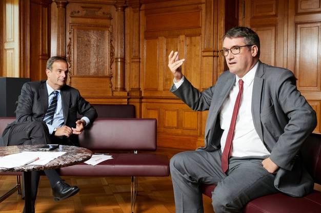 SP-Präsident Levrat (rechts) erklärt, weshalb seine Partei das Referendum gegen die Erhöhung der Kinderabzüge ergriffen hat, die Pfisters CVP eingefädelt hat.