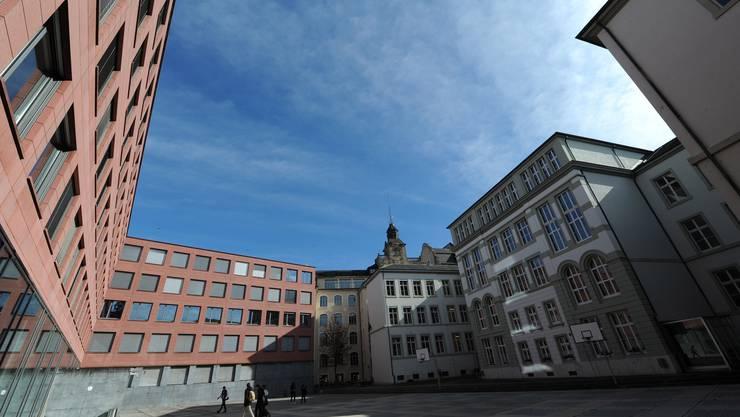 Der Pausenhof des Leonhardgymnasiums präsentierte sich am letzten Montag ruhig und leer.