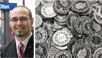 Marco Giglio verteilt gegen die Einheitskasse Flyer mit aufgeklebtem Geld.