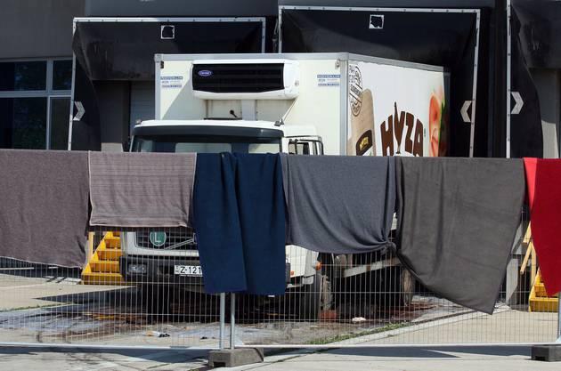 Tücher verdecken den LKW