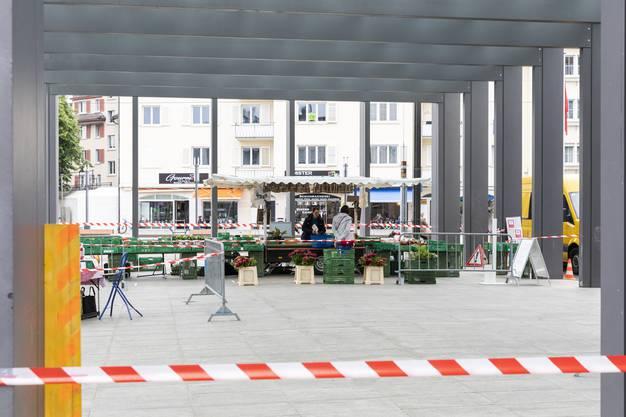 Ungewohnter Anblick: Absperrgitter und Flatterband lenken die Kunden sicher über den Frischmarkt.