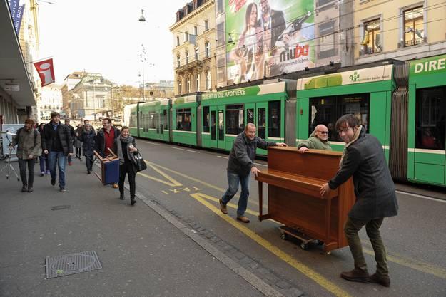 Robert Emery am Klavier und Musikern des Sinfonieorchester werben mit einem Live Jam vor dem Casino für das Cocktailkonzert «Salon de Cuivres».