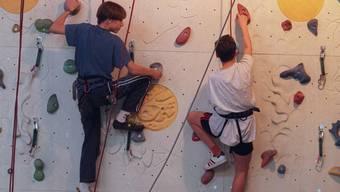 Jugendliche an einer Kletterwand (Symbolbild)