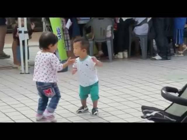 Kleinkinder, die genau verstanden haben worum es beim Tanzen geht.