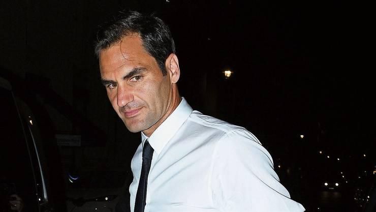 Schmale Krawatte, blauer Anzug, etwas längere Haare: Roger Federer macht auch abseits des Tennisplatzes eine gute Figur. Bild: Getty (London, Mai 2019)