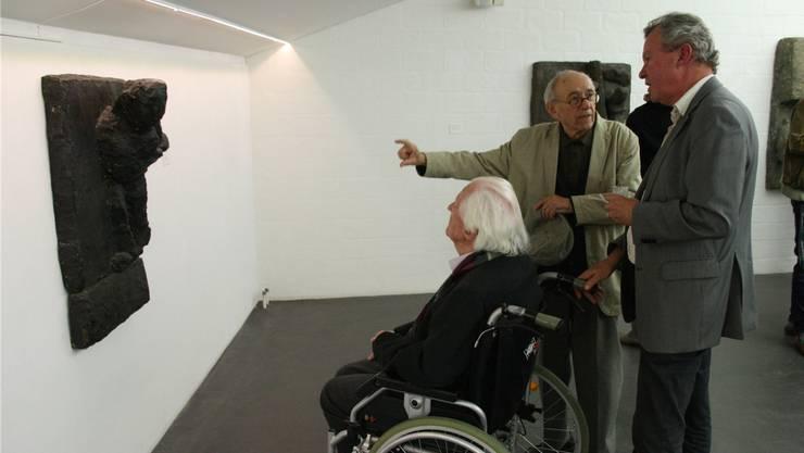 Erwin Rehmann, Kunstmaler Wili Schoder und Christoph Rehmann (von links) betrachten ein Werk von Josephsohn.