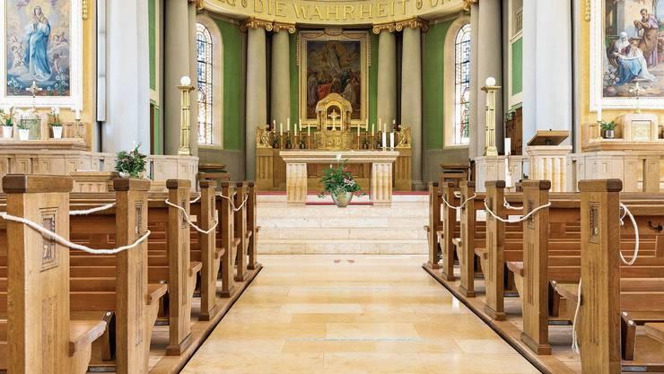 Jede zweite Sitzbank bleibt in der katholischen Kirche St. Agatha in Dietikon leer. Es ist eine von vielen Schutzmassnahmen in den wiedereröffneten Limmattaler Gotteshäusern.