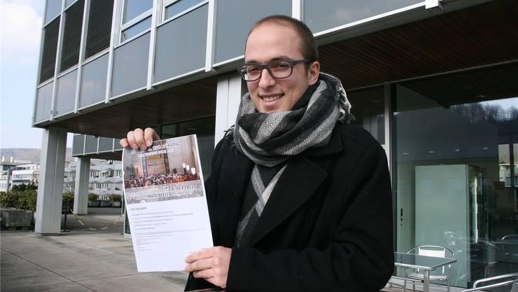 Manuel Diener bei seiner Flugblattaktion vor der Kanti Wettingen.