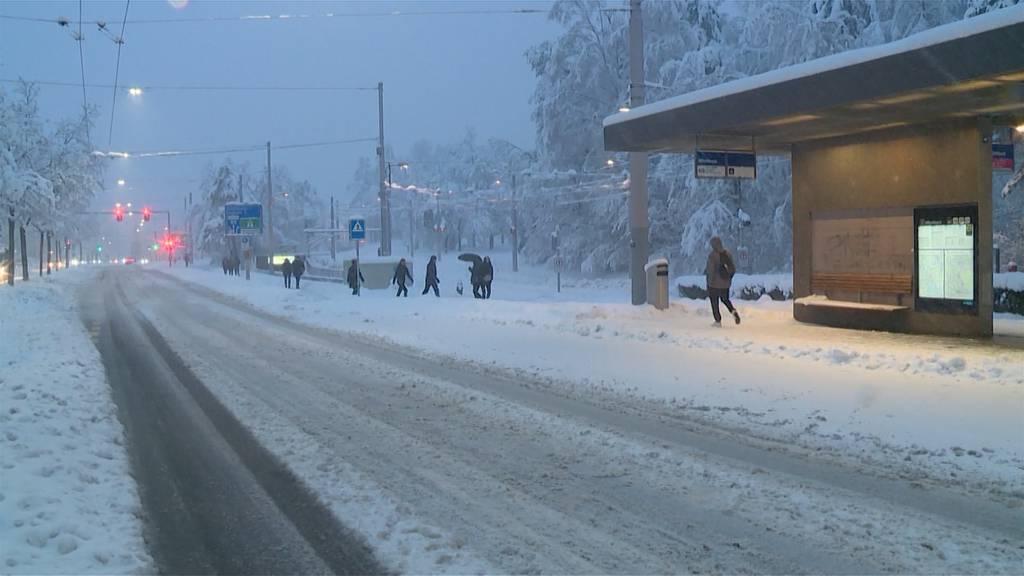 Pendlerchaos wegen andauerndem Schneefall