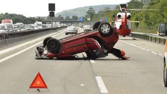 Auf dem Dach liegend kam das Unfallfahrzeug auf der A1 bei Oensingen SO zum Stillstand. Die 25-jährige Lenkerin wurde beim Unfall verletzt und wurde mit der Rega ins Spital geflogen.