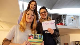 Die 18-jährige Austauschschülerin Lia Semanate aus Ecuador ist begeistert vom «Guide for Exchange Students», der Maturaarbeit von Lara Werren (vorne) und Dominique Bitschnau.
