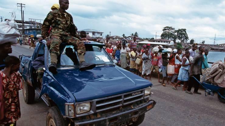 Szene aus dem ersten Bürgerkrieg von Liberia, der von 1989 bis 1996 dauerte. Menschen stehen für Hilfsgüter an.