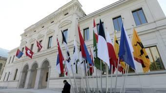 Kantonsfahnen wehen vor dem neuen Gerichtsgebäude in Bellinzona