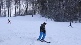 Etwas mehr Schnee dürfte es haben beim Skilift Engi, ansonsten sind die Bedingungen ideal für die Skifahrer.