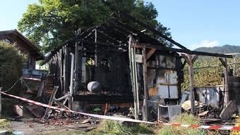 Nach dem Brand eines Wohnhauses im Kanton Freiburg hat die Polizei einen mutmasslichen Brandstifter gefasst. Das Haus wurde von den Flammen vollständig zerstört.