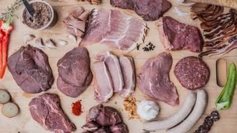 Immer weniger Fleisch landet auf Schweizer Tellern. Doch noch immer beträgt der durchschnittliche Pro-Kopf-Konsum über 50 Kilogramm im Jahr.