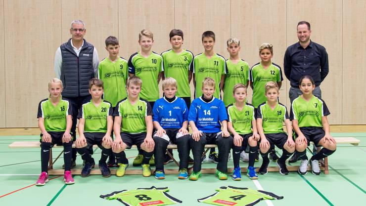 KTV Laupersdorf Unihockey Junioren C mit den Sponsoren Peter Brack (links) und Daniel Fink, Mobiliar
