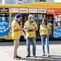 Da war die Welt noch in Ordnung: Wettingens Gemeindeammann Roland Kuster (l.) und das OK-Präsidium mit Paul Koller und Ursula Oeschger taufen den «Atmosphäre»-Bus.