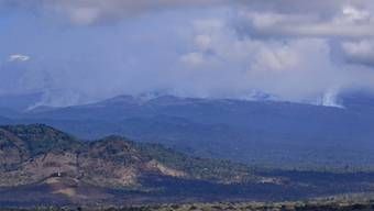 Weithin sichtbar sind die Rauchwolken eines Feuers auf dem Kilimandscharo. Auf dem Kilimandscharo ist ein Feuer ausgebrochen. Foto: Thomas Becker/dpa