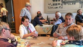 Organisator und Schiedsrichter Alois Meier (stehend) am Tisch mit Sidi-Barrani-Jasser Urs Hofmann. zvg