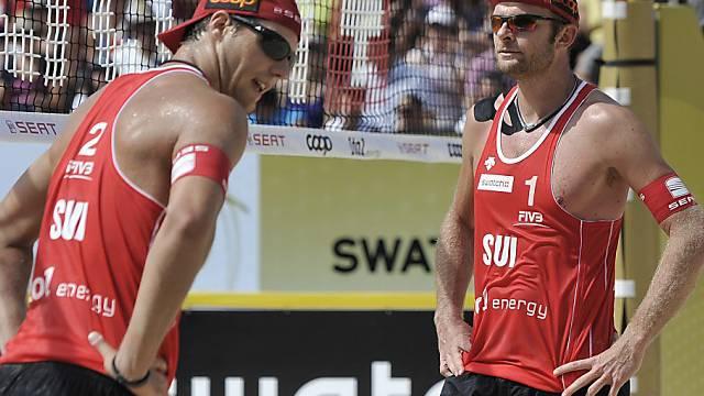 Auch Martin Laciga (r.) und Jonas Weingart mit dem Rücken zur Wand