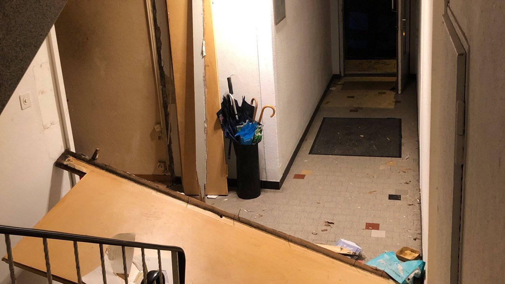 Durch die Explosion wurde die Wohnungstüre ins Treppenhaus geschleudert.
