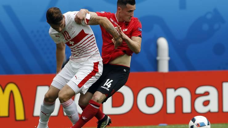 Granit Xhaka (rechts) und sein älterer Bruder Taulant Xhaka schenkten sich nichts bei ihrem letzten Aufeinandertreffen an der Europameisterschaft.
