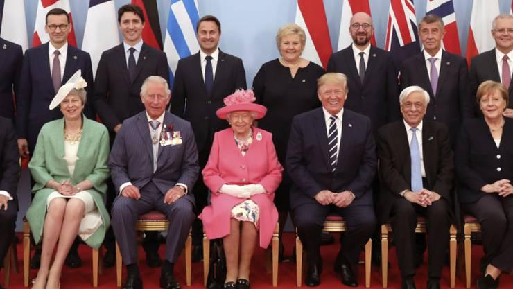Staats- und Regierungschefs haben in Portsmouth den 75. Jahrestag der Landung der Alliierten in der Normandie gefeiert. In der ersten Reihe des Gruppenbildes sitzen Emmanuel Macron, Theresa May, Prinz Charles, Königin Elizabeth II., Donald Trump, Prokopis Pavlopoulos, Angela Merkel und Mark Rutte.