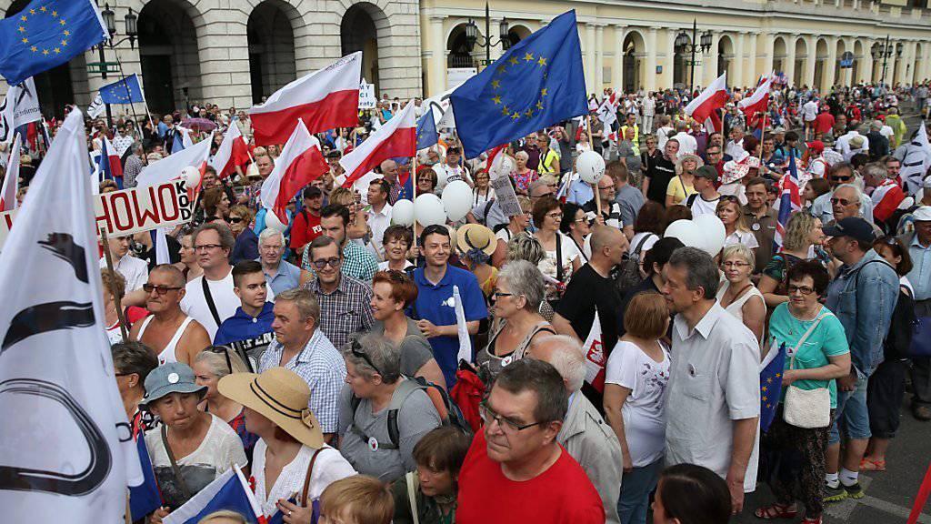 Tausende Menschen in zahlreichen Städten Polens haben an die erste teilweise freie Wahl 1989 erinnert.