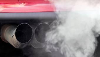 Die Wetterlage im Tessin hat zu Smog geführt. Nun sollten die Heizungen gedrosselt und private Autofahrten unterlassen werden. (Symbolbild)