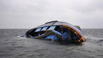 Im Mittelmeer kommen immer wieder Flüchtlinge bei Bootsunfällen ums Leben (Archiv)