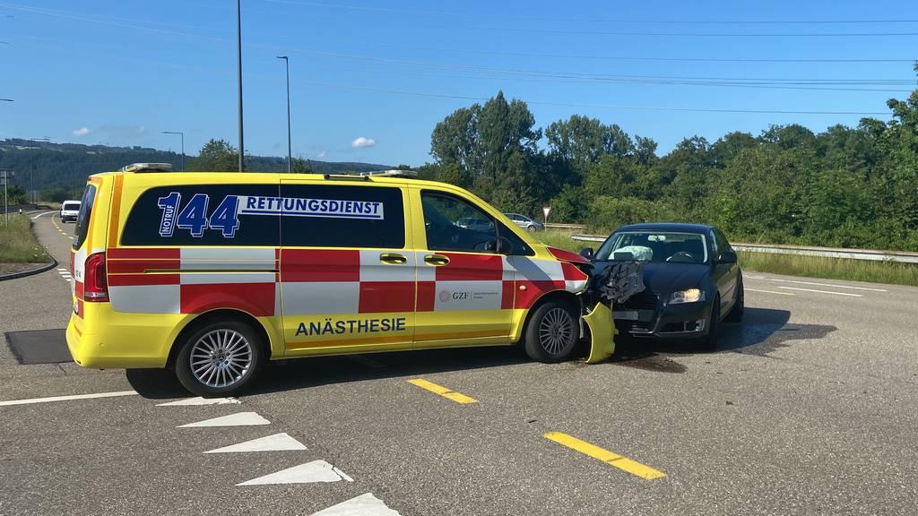 Zusammenstoss mit Ambulanz – zwei Personen verletzt
