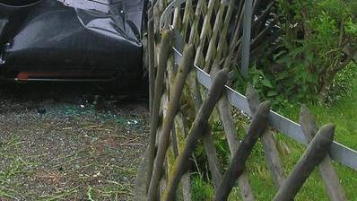 Der Autofahrer rammte einen Holzzaun (Symbolbild).