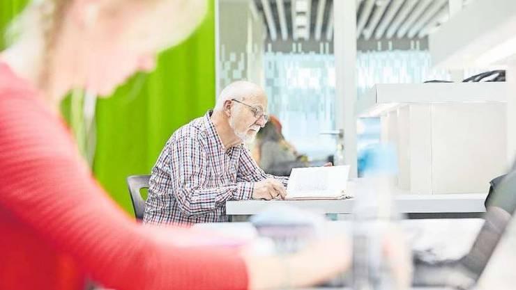 Ein Student im Pensionsalter liest im Studiensaal der Bibliothek der Universität Luzern.Bild: Christoph Schürpf/Keystone (11. Mai 2017)