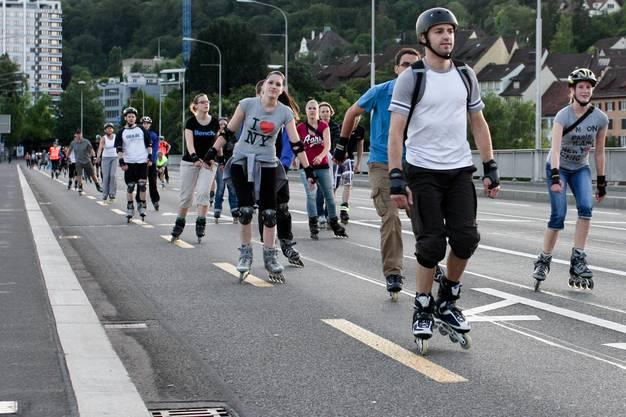 Statt Autos rollten am Montagabend Inlineskater über die Hochbrücke
