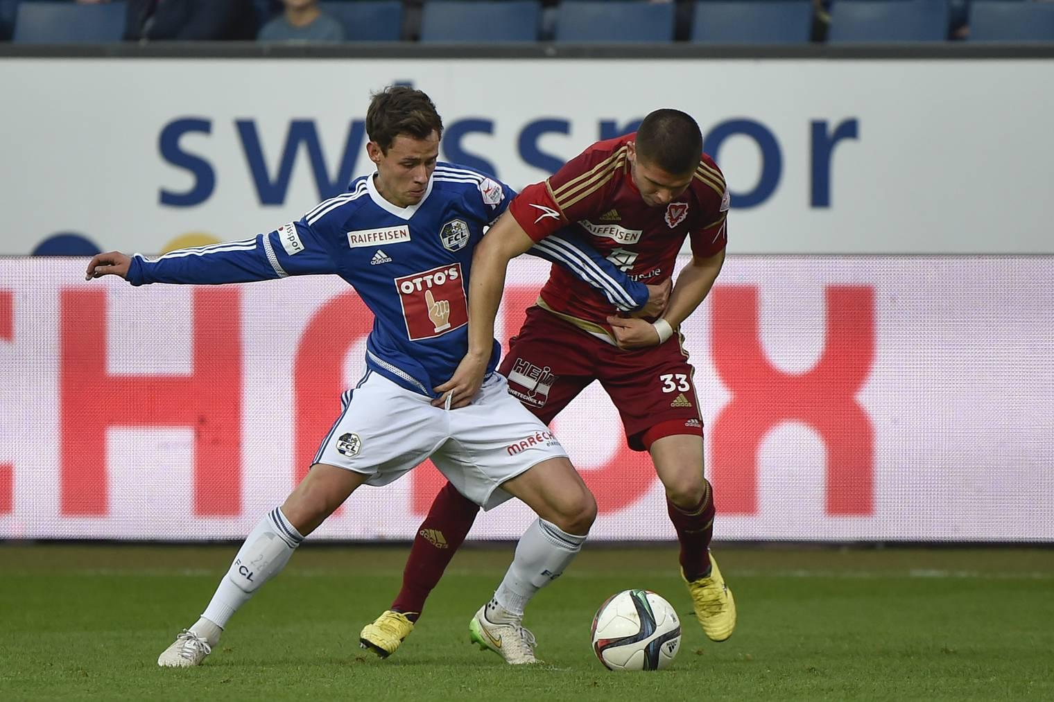 Clemens Fandrich (FC Luzern, links) gegen Vaduz-Spieler Mauro Caballero.