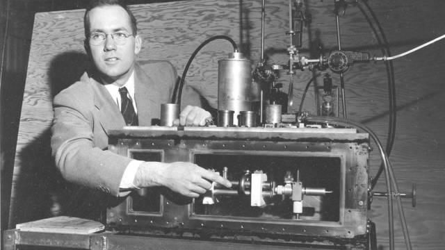Charles Townes bei einer Medienkonferenz 1950 (Archiv)