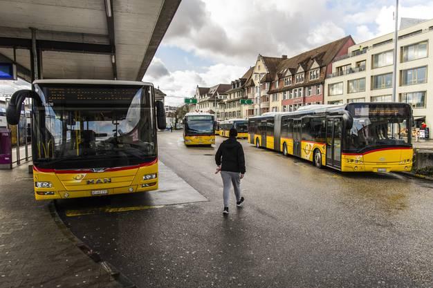 Kaum sonst wo liegen die eidgenössische Korrektheit und Sehnsucht nach Unabhängigkeit so nah beieinander wie im «Poschti»: Postautos am Bahnhof Brugg.