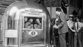 US-Präsident Richard Nixon begrüsste am 24. Juli 1969 die von ihrer Appollo 11 Mission vom Mond zurückgekehrten Astronauten Neil Amstrong, Michael Collins und Edwin Aldrin. Sie wurden aus Angst vor der Einschleppung extraterrestrischer Keime isoliert - zusammen mit weissen Mäusen. (Archivbild)