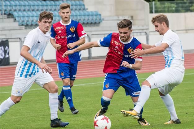 Martin Liechti (2.v.r.) spielt bis Ende 2018 leihweise für den FC Aarau.