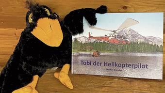 Tobi der Buchstart-Rabe der Bibliothek Weiningen mag das Buch über seinen Namensvetter.