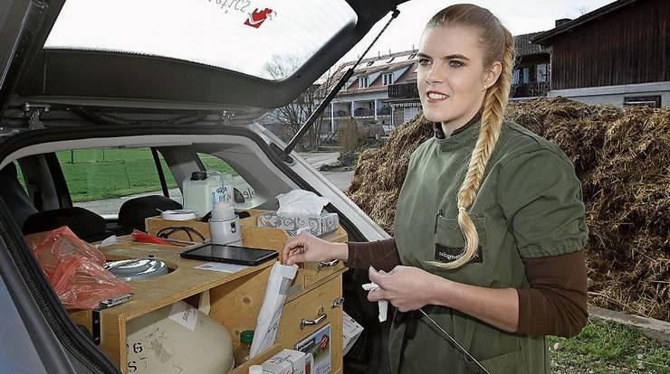Im Kofferraum lagert die Besamungstechnikerin die tiefgekühlten Spermien in einem Behälter mit flüssigen Stickstoff.