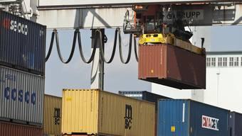 Waren-Container im Rheinhafen von Basel