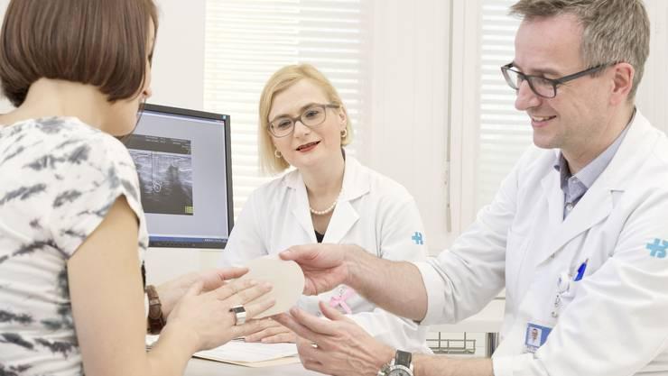 Brustimplantat: Was spricht dafür, was dagegen? Cornelia Leo, Leiterin des Brustzentrums in Baden (Mitte), und Chefarzt Nik Hauser, Direktor des Departements Freuen und Kinder im KSB, im Gespräch mit einer Patientin.