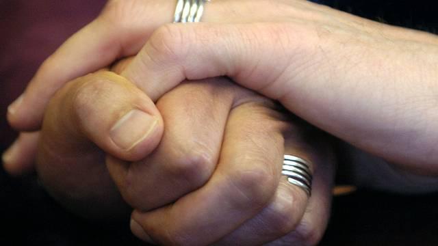 Personen in eingetragener Partnerschaft sollen Kinder adoptieren können (Symbolbild)