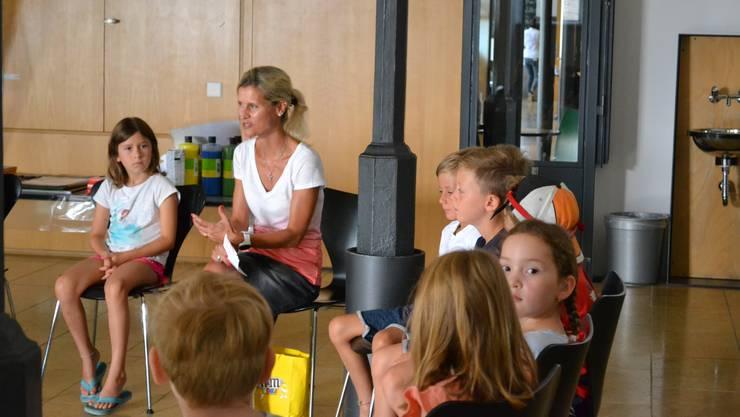 Eine Gruppe von 20 Kindern – im Alter von fünf bis elf Jahren – versammelt sich in einem der Räume der Jugendherberge Solothurn