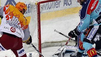 Genf-Topskorer Richard Park (links) markiert das 1:0