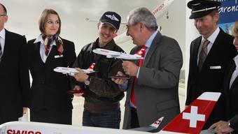 Die Taufpaten Simon Ammann und Boris Banga. Im Vordergrund das Modellflugzeug «Grenchen».